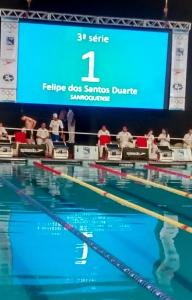 Felipe sendo apresentado para nadar